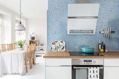 Social, öppen planlösning mellan kök och vardagsrum. Kökslucka Line vit/alu från Ballingslöv.