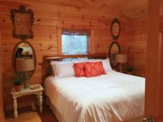 Tennessee Retreat Log Cabin Perfect Lodging Choice for Honest Abe Visitors Log Home Bedroom, Bedroom Loft, Master Bedroom, Bedroom Decor, Cabin Homes, Log Homes, Sleeping All Day, Cute Bedroom Ideas, Home Garden Design