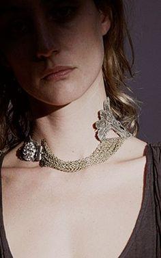 """COLLAR """"HENRIET"""" Gargantilla joya XXL de encaje tenida en plata vieja con cadenas bronce.  Broche vintage chapado en oro de 24k"""