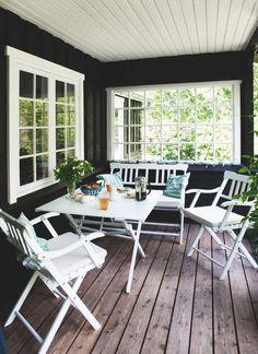 Kom med ind i designeren Ditte Fischers sommerhus, der oser Outdoor Rooms, Outdoor Living, Outdoor Furniture Sets, Outdoor Decor, Gazebos, Cottage Exterior, Beach Cottage Decor, Cottage Style, House Ideas