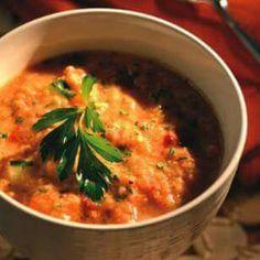 Gazpacho Ψητής Ντομάτας  Υλικά 1 κιλό ντομάτες 1 κόκκινη πιπεριά 1 αγγούρι 1/2 φλ ψίχα ψωμιού 1 σκελίδα σκόρδο 2-3 κ.σ. ξύδι 1 κ.σ. ψιλοκομμένο μαϊντανό 1/4 κ.γ πάπρικα ή πιπέρι καγιέν 1/2 κ.γ. αλάτι 1/4 κ.γ πιπέρι  2 κ.σ. ελαιόλαδο  Ετοιμασία  Ψήνετε στο γκριλ τις ντομάτς και την πιπεριά μέχρι να ροδίσουν (περίπου 8 λεπτά).       Ξεφλουδίστε την πιπεριά και βγάλτε τους σπόρους και ψιλοκόψτε τις ντομάτες και βάλτε τα όλα στο blender, μαζί με το μισό αγγούρι, το ψωμί, μαϊντανό, πάπρικα, αλάτι…