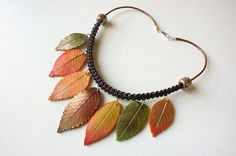 Collar con réplicas de hojas en arcilla polimérica.