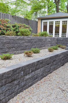 Beautiful terracing in the garden. Instead of a single wall, the decision was made to create different types of flower beds, which have been designed to … - All For Garden Backyard Garden Design, Terrace Garden, Garden Beds, Backyard Landscaping, Flower Beds, Flower Wall, Garden Types, Ferns Garden, House Front