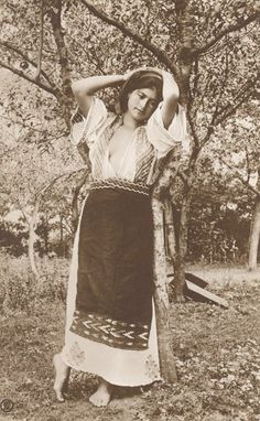 Romanian woman, early 1900s Traditional Art, Traditional Outfits, Vintage Photographs, Vintage Photos, History Of Romania, Romania People, Romanian Women, Thinking Day, Historical Images