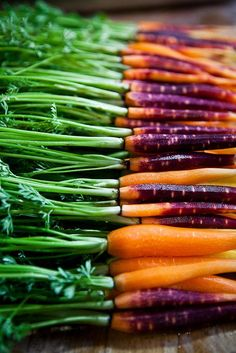 Vitamin A in carrots prevents premature wrinkling acne dry skin pigmentation blemishes and uneven skin tone. Eat up! Fruit And Veg, Fruits And Vegetables, Fresh Fruit, Food Styling, Photo Fruit, Farmers Market, Food Inspiration, Food Photography, Good Food
