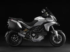 """Ducati MultiStrada    a família Ducati Multistrada 2013 suposa una evolució tècnica i innovadora de la seva multipremiada gamma, ara actualitzada amb lleugers canvis estètics, un nou model Granturismo i el nou sistema d'amortiment """"Ducati Skyhook Suspension"""" (DSS) que ofereix una confiança excepcional i una electrònica avançada que assegura el millor rendiment d'aquest polivalent model en tot tipus de carreteres."""