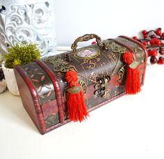 Boîte à bijoux en bois de style asiatique, médaillons illustrés femme chinoise et pompons rouges. : Boîtes, coffrets par mes-tites-lilis