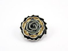 Amazing, a brooch made from used Nespresso capsules. DIY: Recycled coffee capsules