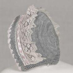 Capota de lana rematada con encaje de bolillo y pasacintas. A juego con el vestido y rebeca del mismo color y encaje.