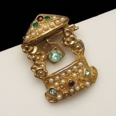 Vintage-Figural-Wishing-Well-Brooch-Pin-Blue-Rhinestone-Faux-Pearls-Charming