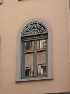 Photographes en Rhône-Alpes::Immeuble des Hospices Civils de Lyon, une fenêtre avec son lambrequin rue Burdeau