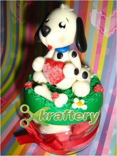 Frasco decorado con porcelana fría conteniendo gomitas en forma de corazón