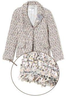 Ce qui caractérise les vestes Chanel, en plus de leur forme caractéristique et des 4 poches, c'est la bordure rajoutée, le ruban de passementerie qui agrémente les poches, le bas des manches et l'encolure. Cette passementerie n'est pas qu'un détail et parfois, elle est effrangée pour un look moins sérieux, je dirais presque un peu rebelle. C'est une signature reconnaissable de loin !