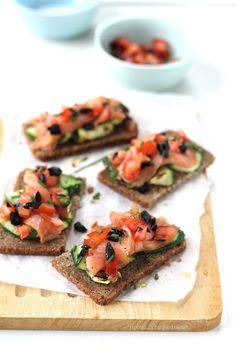 Tartine di zucchine e salmone affumicato con tartare di pomodori e olive nere