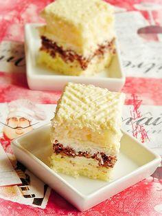 Prajitura cu nuca si crema de lamaie Apple Recipes Easy, Sweet Recipes, Cake Recipes, Dessert Recipes, Romanian Desserts, Layered Desserts, Cupcakes, No Cook Desserts, Food Cakes