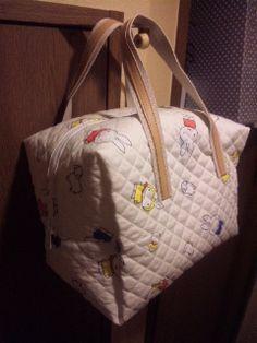 「簡単に出来るミニボストンバッグ」以前、先生にしている方が作ったボストンバッグを真似て作ってみたらカナリ大き過ぎたので、今回はサイズを変えて作ってみました![材料]キルティング生地/ファスナー/取っ手