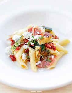 Makaron z cukinią, suszonymi pomidorami i szynką parmeńską Penne, Pasta Salad, Italian Recipes, Feta, Potato Salad, Salads, Clean Eating, Good Food, Food Porn