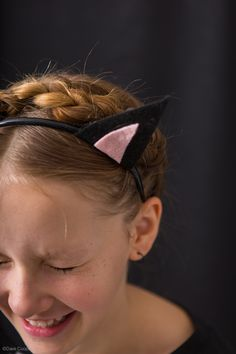 Easy halloween costume - cat ears + black clothes = witch's cat