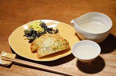 【じゃがバター天】お惣菜探しは一日の楽しみのひとつ。それが商店街であってもスーパーであっても。今日は「丸常」さんのじゃがバター天。ほくほくおいもが天ぷらの中に結構な大きさで入っています。付け合わせはあまっていたひじきをサラダに。今日のお酒は、栃木・松井酒造店の「松の寿」純米吟醸です。