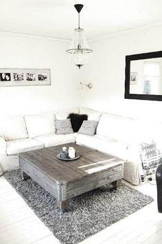 Table basse palette aspect brut et vieilli dans un salon scandinave