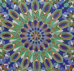 Zellige Le zellige ou zellij (ﺯﻟﻴﺞ ) désigne la mosaïque traditionnelle marocaine article très intéressant