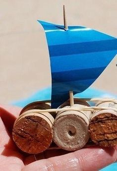 Auf folgende Seite erkennen Sie, wie kann man ganz einfach einen schönen Schiff aus Kork mit Kindern basteln. Die Anleitung ist auch dabei.