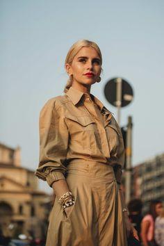 The best street style from Milan Fashion Week spring/summer 2019 - Vogue Australia Street Style Trends, Street Style 2018, Milan Fashion Week Street Style, Milan Fashion Weeks, Cool Street Fashion, Street Style Women, Camisa Beige, Moda Safari, Elegantes Outfit Frau