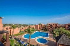 Ref. MA-BH-R19012016S - Ático de lujo en Benahavis. Ático situado en urbanización privada de estilo mediterráneo ubicado a sólo 5 minutos en coche de las mejores playas de la costa oeste de Marbella, cerca de Campos de golf y todos los servicios locales.Complejo de lujo con 4 piscinas comunitarias, así como una impresionante piscina cubierta climatizada, gimnasio totalmente equipado, sauna y zona de spa, hermosos jardines mediterráneos, 24 horas seguridad y pista de pádel.El ático cuenta…