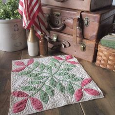 Laurel Leaves, Doll Quilt, Primitive Country, Applique Quilts, Country Decor, Table Runners, Red Green, Decorating, Antiques