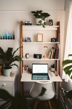 Com a inevitável situação em que estamos passando agora, é quase impossível descartar trabalhar em casa. Entretanto, provavelmente muita gente vai aderir à este hábito comum em outros países. Então foi pensando nisto que, hoje resolvi trazer algumas dicas sobre como deixar o home office mais produtivo. entretanto uma dica que te deixo de graça: sempre recorra à muita pesquisa antes de efetuar suas compras! Home Office Accessories, Home Office Decor, Home Decor, Cool Office Desk, Earthy Style, Office Essentials, Inspired Homes, Home Organization, Bookshelves
