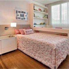 Quarto menina l Bancada de estudo na lateral da cama, adorei esta ideia…