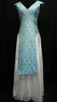 Game Of Thrones Cosplay Daenerys Targaryen Blue von Crinolines Game Of Thrones Dress, Game Of Thrones Cosplay, Game Of Thrones Costumes, Got Costumes, White Pleated Skirt, Blue Silk Dress, Cosplay Dress, Fantasy Dress, Mode Vintage