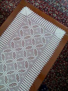Crochet Table Runner Pattern, Crochet Flower Patterns, Crochet Tablecloth, Crochet Designs, Crochet Doilies, Crochet Flowers, Diy Scarf, Filet Crochet, Bead Crafts