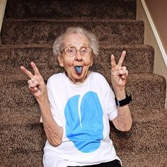 30 Fun Grandparents With Awesome Sense of Humour - bemethis person 30 Fun Grandparents With Awesome Sense of Humour Online Fitness, Photo Humour, Pink Lila, People Having Fun, Old Folks, Aged To Perfection, Young At Heart, Aging Gracefully, Forever Young