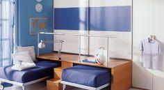 """En mueble juvenil encontramos estupendas ideas como esta que nos permiten optimizar el espacio y """"estirar"""" los metros de la habitación infantil o juvenil. Bajo la premisa ¿para que queremos las camas durante el día? han surgido multitud de soluciones superimaginativas que a la vez son bonitas. La disposición vertical de los elementos """"a lo …"""