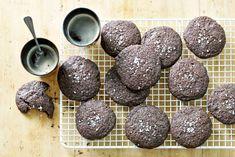 Koekiemonsters opgepast: deze cookies zijn door de toevoeging van zeezout éxtra verslavend. - Recept - Allerhande Macarons, Menu, Favorite Recipes, Candy, Cookies, Chocolate, Baking, Desserts, Food