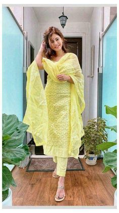 Casual Indian Fashion, Indian Fashion Dresses, Pakistani Dresses Casual, Indian Gowns Dresses, Dress Indian Style, Pakistani Dress Design, Indian Outfits, Look Fashion, Fashion Styles