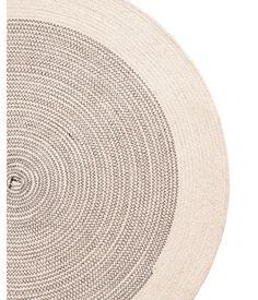 Naturweiß. Runder Teppich aus Jute mit kontrastfarbigen Nähten und Antirutschbeschichtung auf der Unterseite. Durchmesser 70 cm.