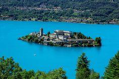 Isola San Giulio es una isla con un monasterio dentro del lago de Orta, al noroeste de Italia.