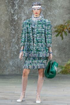 The complete Chanel Spring 2018 Ready-to-Wear fashion show now on Vogue Runway.