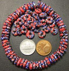 Platte kleurige kralen met rood en blauw. Met de hand gemaakt van gekleurd glas, dus niet beschilderd. 25 stuks voor een knaak (O nee, die bestaat niet meer!).