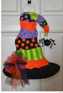 Rio posted Witches Hat Burlap Door Hanger to their -halloween time! Adornos Halloween, Manualidades Halloween, Halloween Disfraces, Theme Halloween, Holidays Halloween, Halloween Crafts, Halloween Wreaths, Burlap Projects, Burlap Crafts
