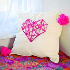 Easier than the wall art version, the cute, cuddly and super trendy geometric heart cushion ! Via ClonesNClowns