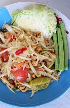 Thai green papaya salad recipe (som tam ส้มตำ) - http://www.eatingthaifood.com/2014/01/thai-green-papaya-salad-recipe/