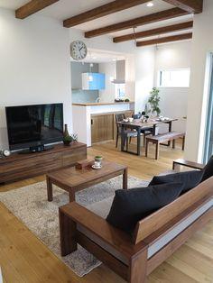 ウォールナット無垢材の家具とブラック色をアクセントカラーとしたコーディネート事例です。