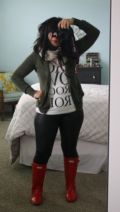 love the red hunter boots with the red lipstick :) love that she is thick and gorgeous Red Hunter Boots, Hunter Boots Outfit, Black Leggings Outfit, Red Boots, Autumn Winter Fashion, Winter Wear, Cute Casual Outfits, Looks Cool, Swagg
