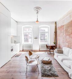 Construído na 2016 na Berlim, Alemanha. Imagens do Boaz Arad . . Transformar este apartamento em um espaço de trabalho/vida foi o gatilho para a renovação. Os requisitos são simples: dividir o espaço em duas...