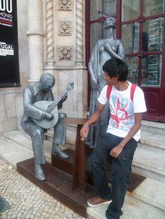 Job 4 : Découverte des métiers de la Fnac - Tolotra au Portugal, pose à côté de sa statue #Waytowork #adecco2013 http://adecco.fr
