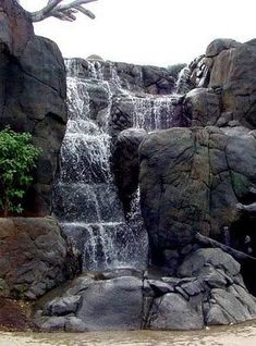 how to make fake rock landscape - Hot Yard Ideas Rock Waterfall, Garden Waterfall, Waterfall Building, Water Pond, Water Garden, Landscaping With Rocks, Backyard Landscaping, Modern Backyard, Backyard Ideas