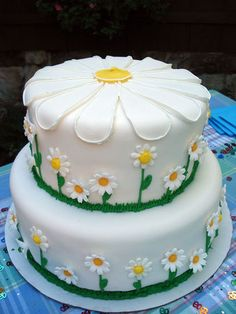 Daisy Cake - cute idea for a garden birthday party